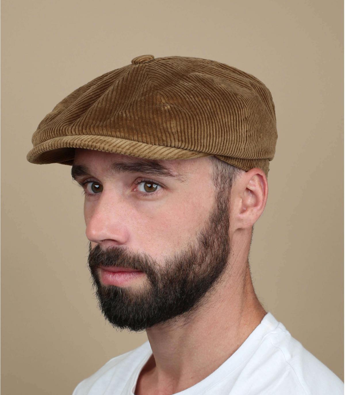 Cappellino in velluto beige con strillone