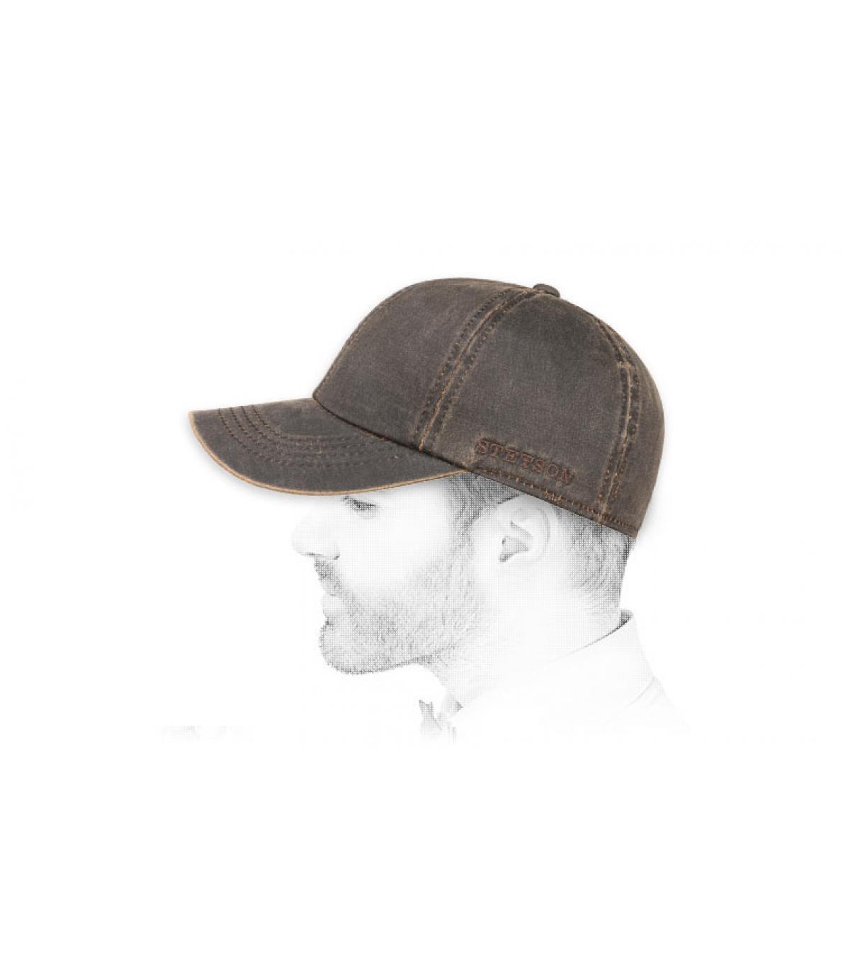 cappuccio marrone protegge le orecchie