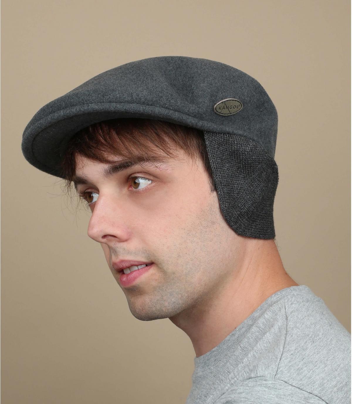 il berretto grigio protegge le orecchie