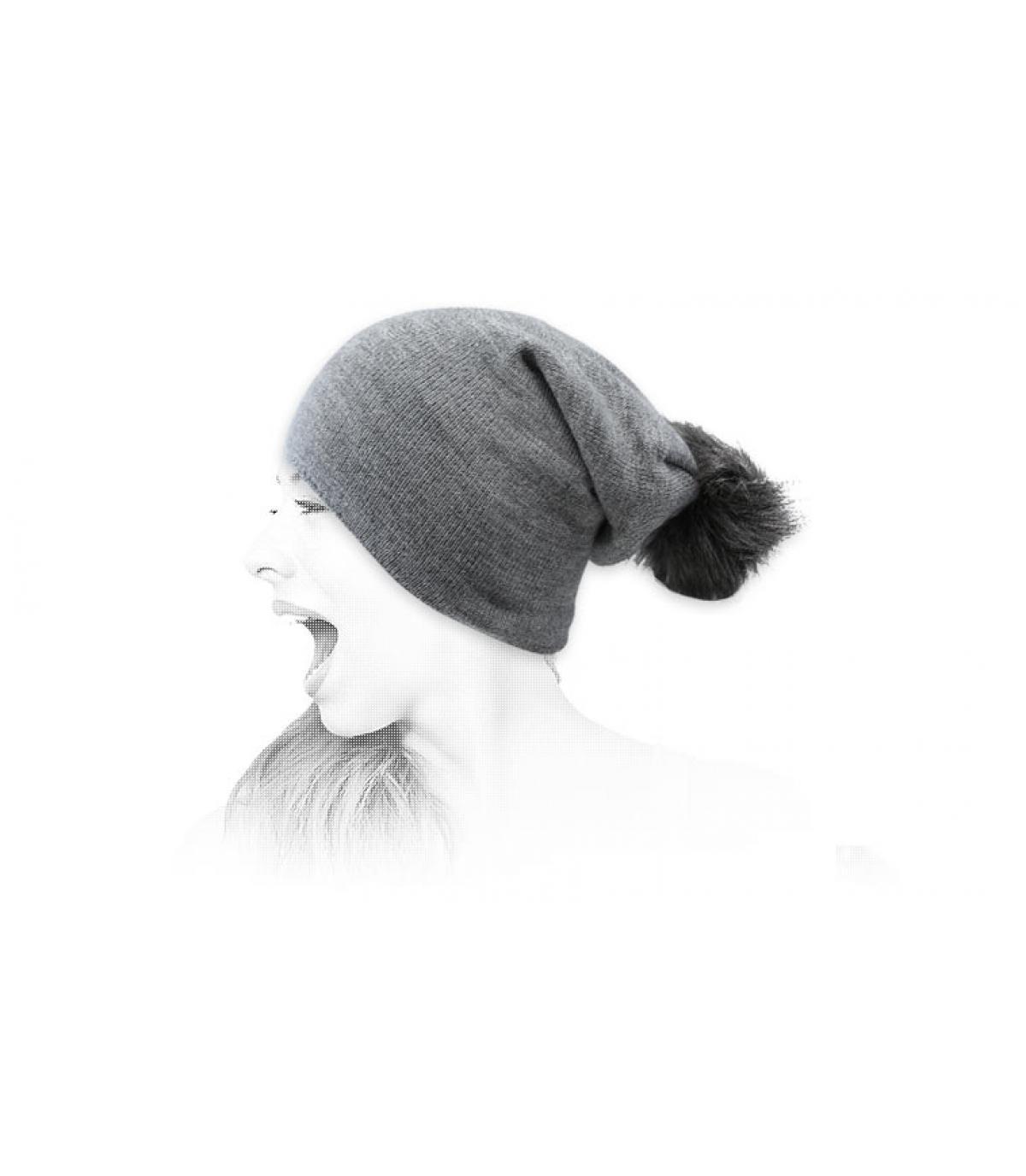 cappello lungo pompon grigio