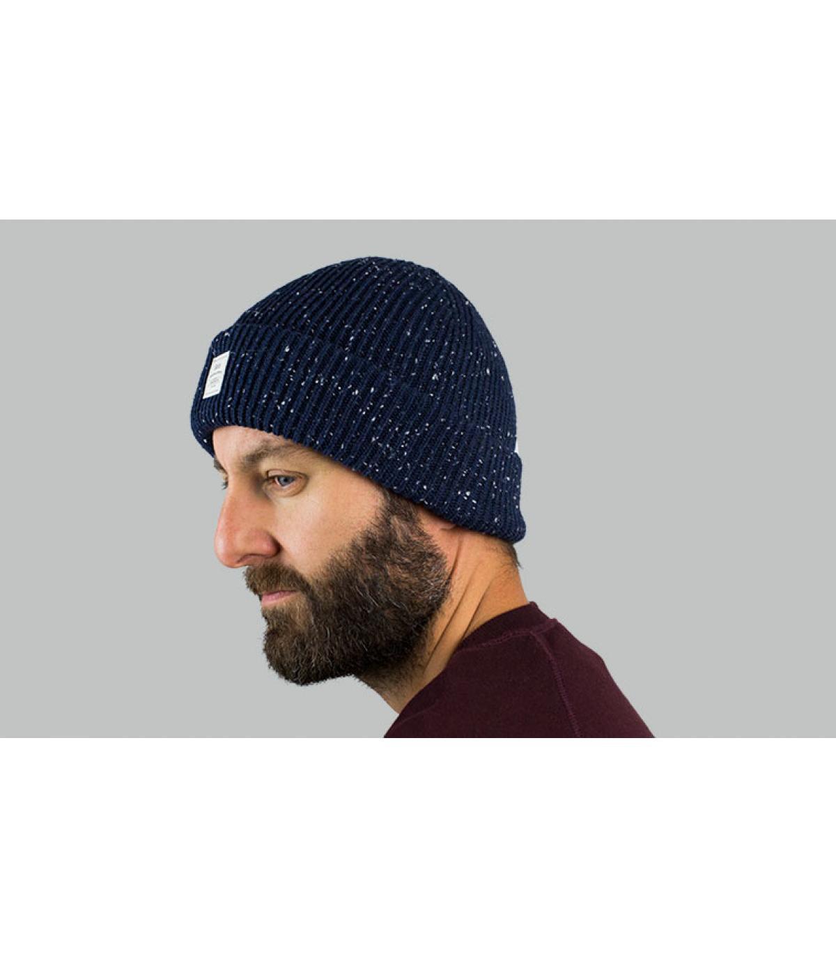 berretto blu con risvolto