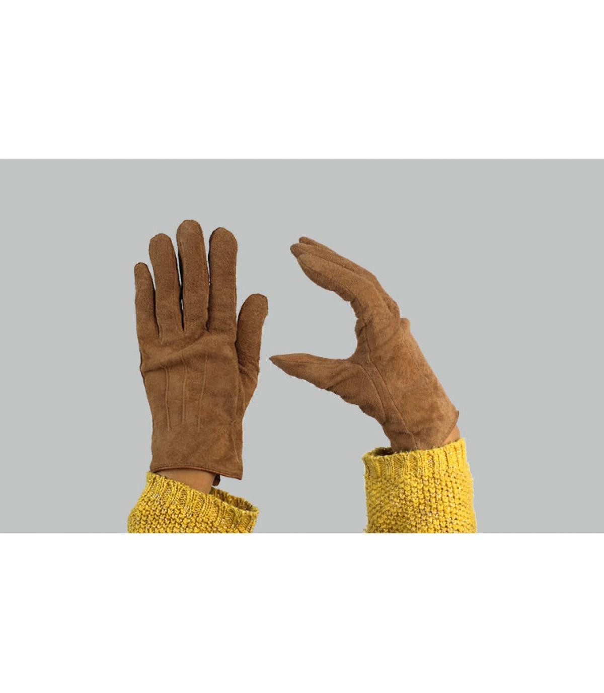 sbuca i guanti delle donne marroni
