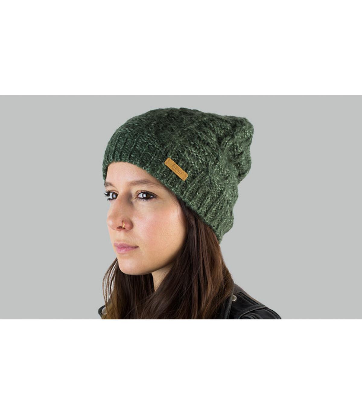 cappello verde lungo attorcigliato