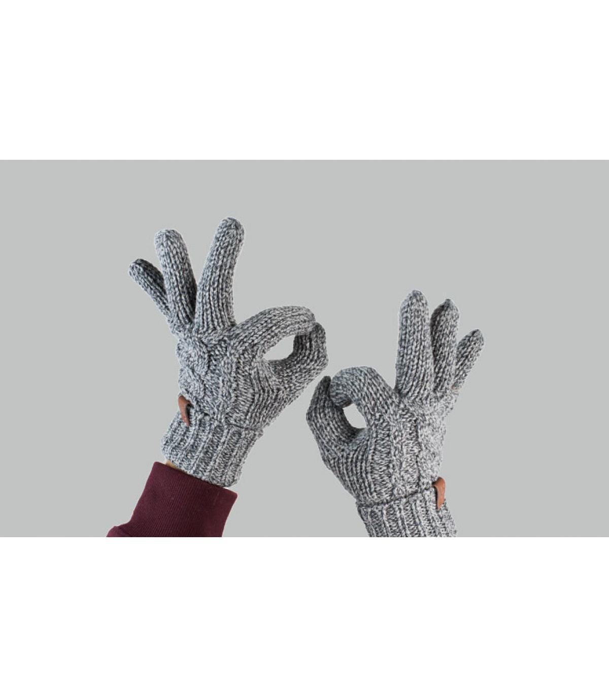 guanti grigi attorcigliati