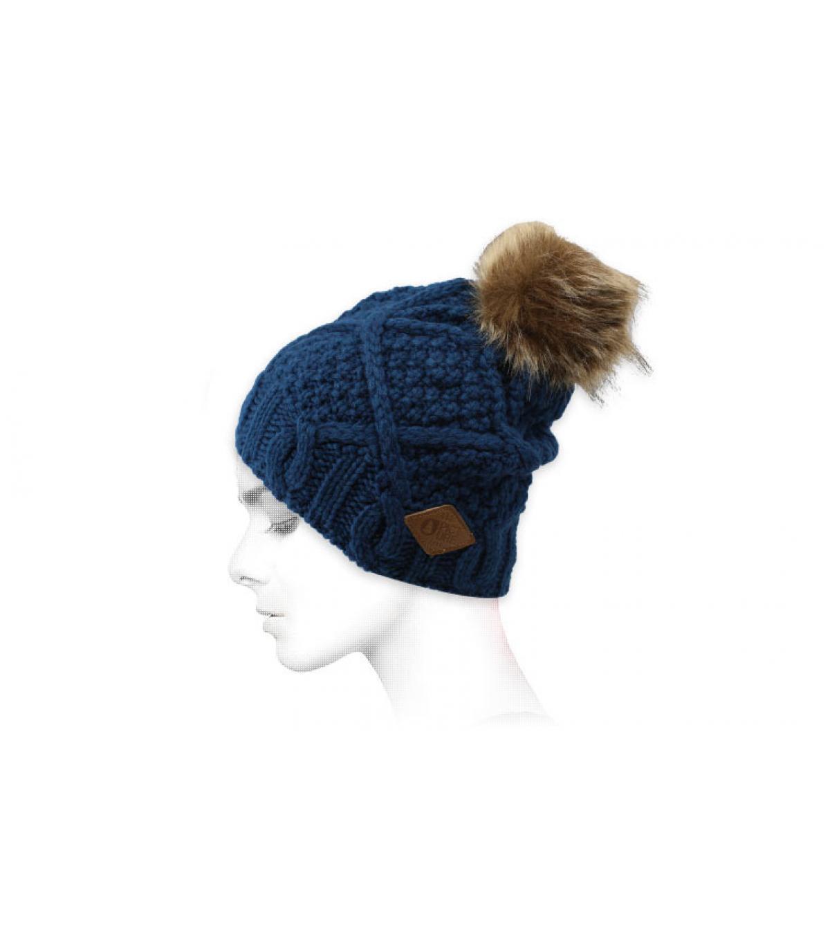 pelliccia di pompon blu cofano