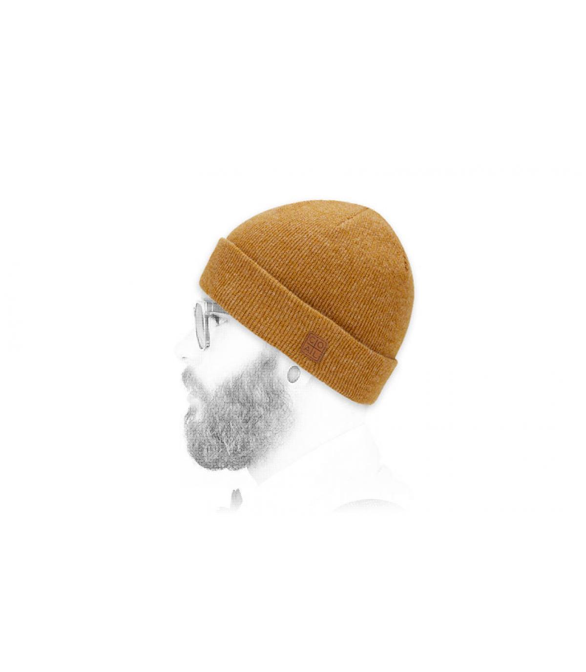 Solapa amarilla del sombrero de carbón