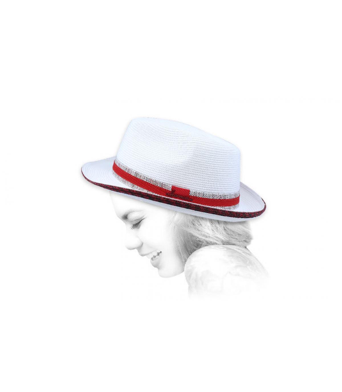 treccia rosso cappello bianco