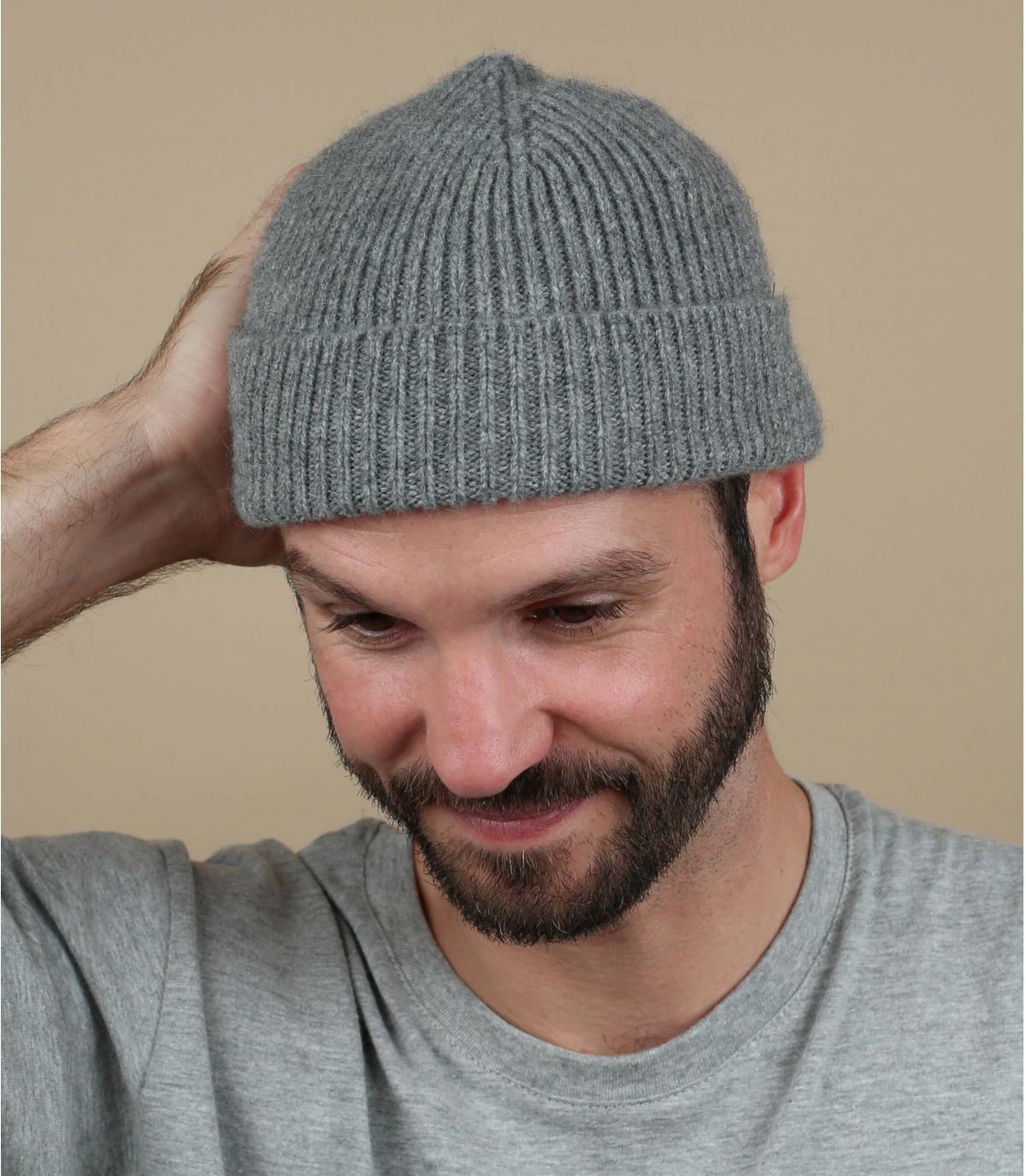 cappello di agnello di lana grigio