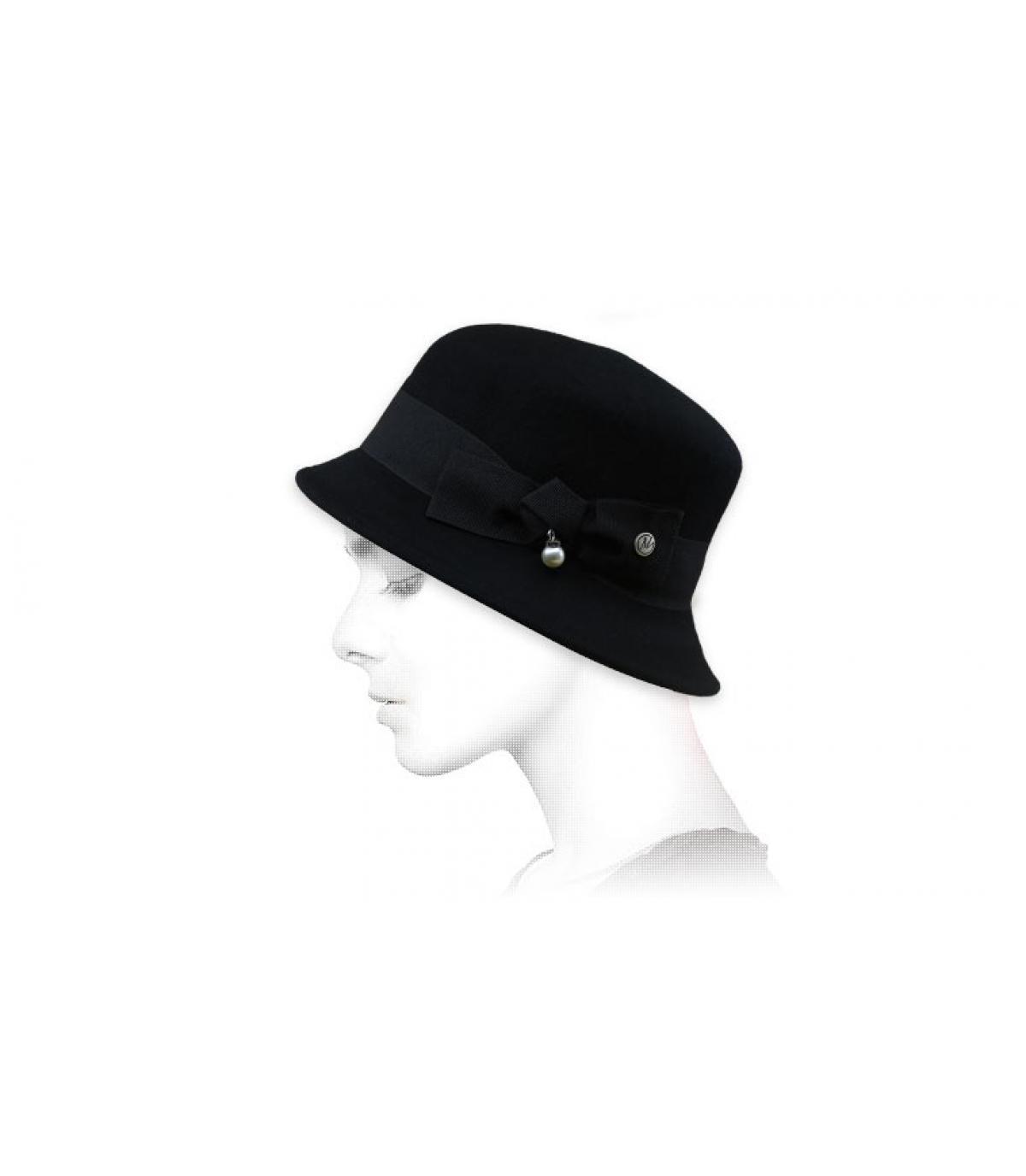 cappello a campana con nodo nero