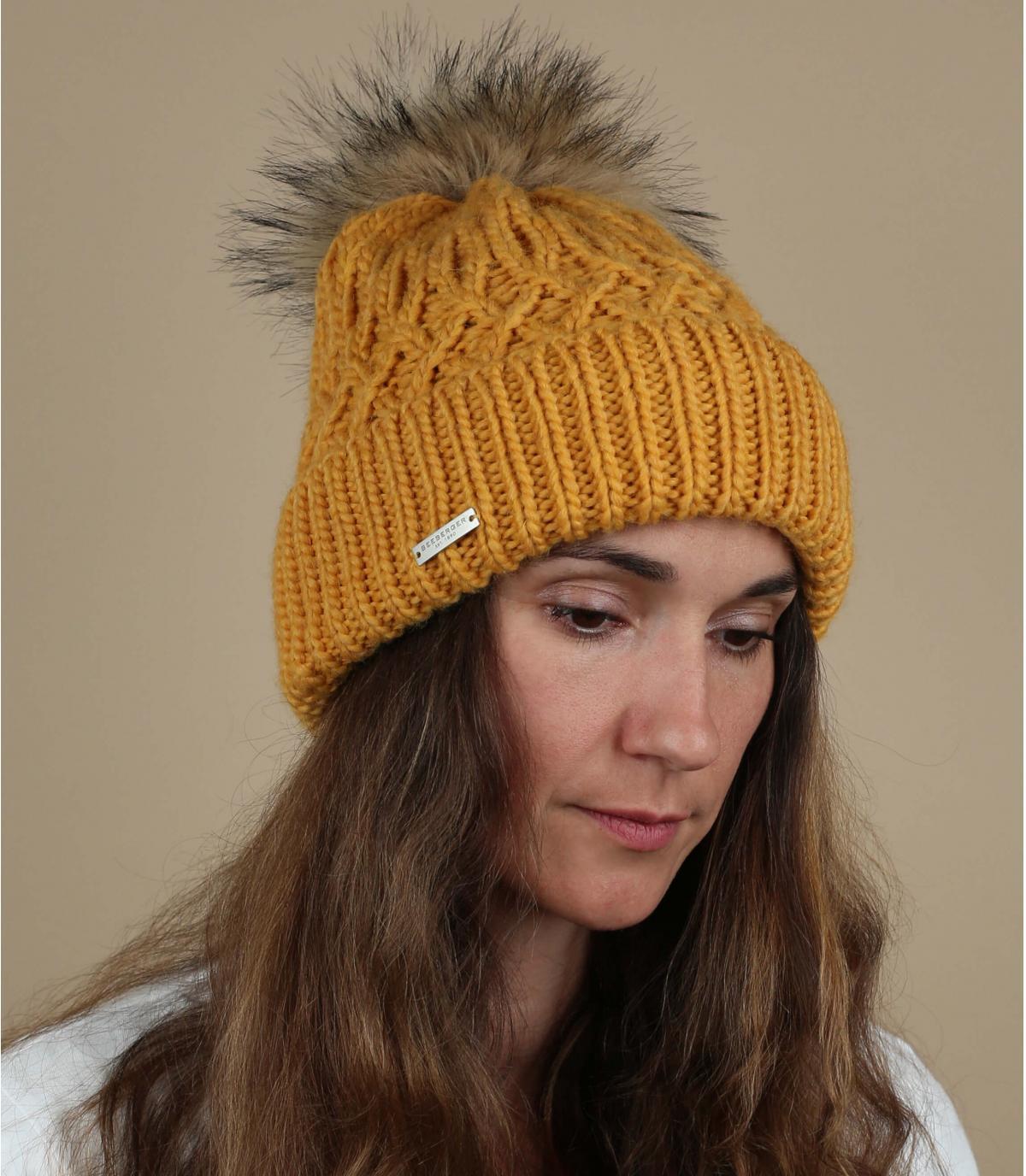 cappello pompon di pelliccia gialla