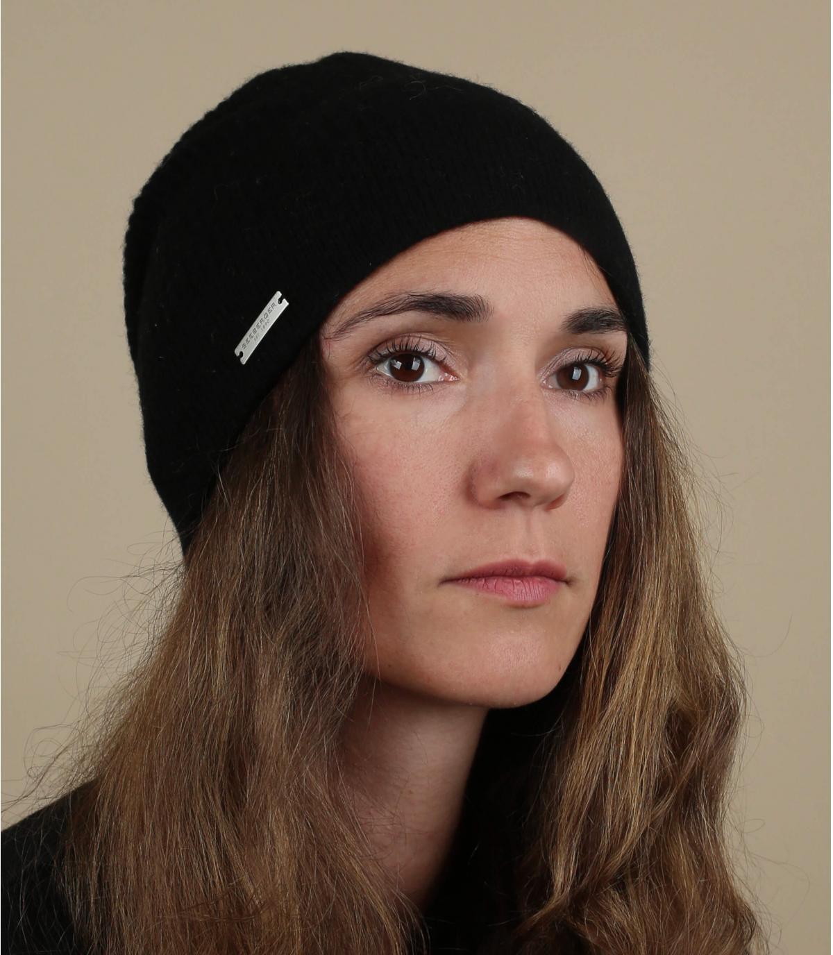 cappello lungo di lana nera