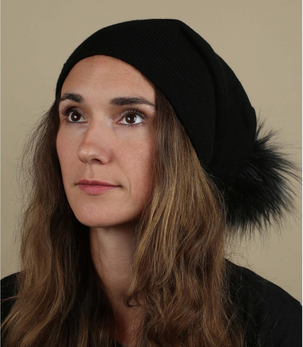pelliccia nera con pompon lungo