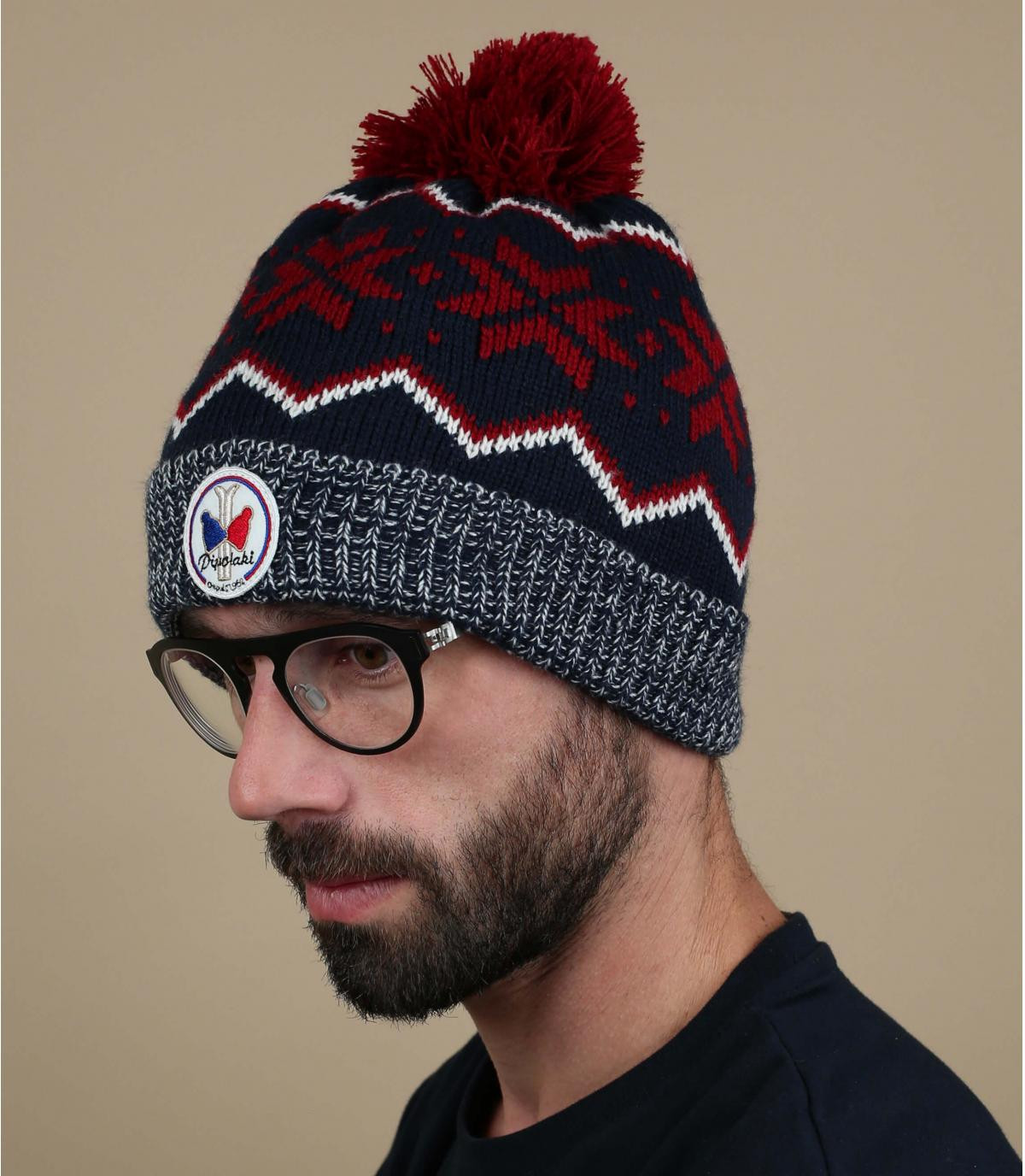 modello rosso cappello blu