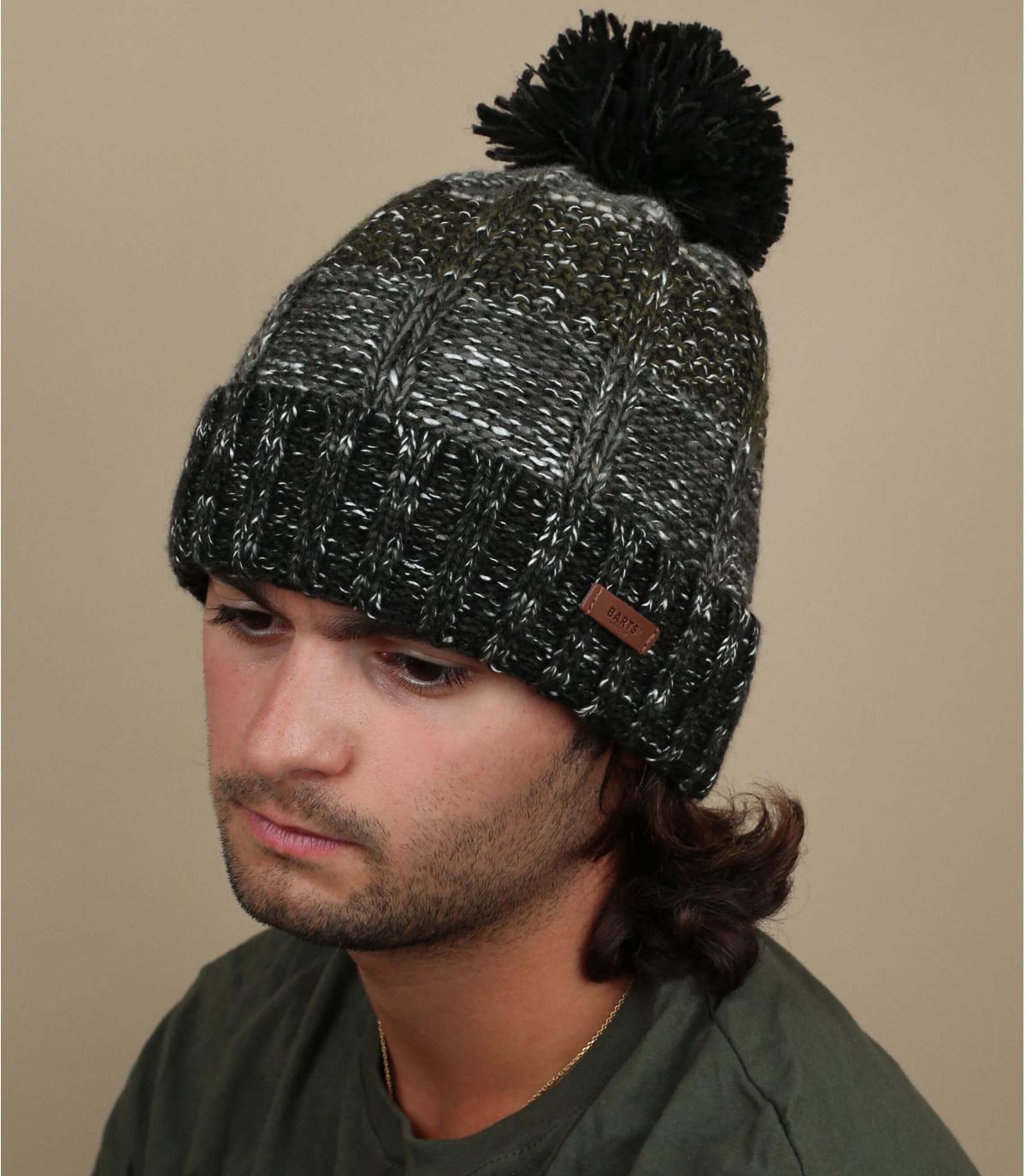 cappello con nappe a strisce nere