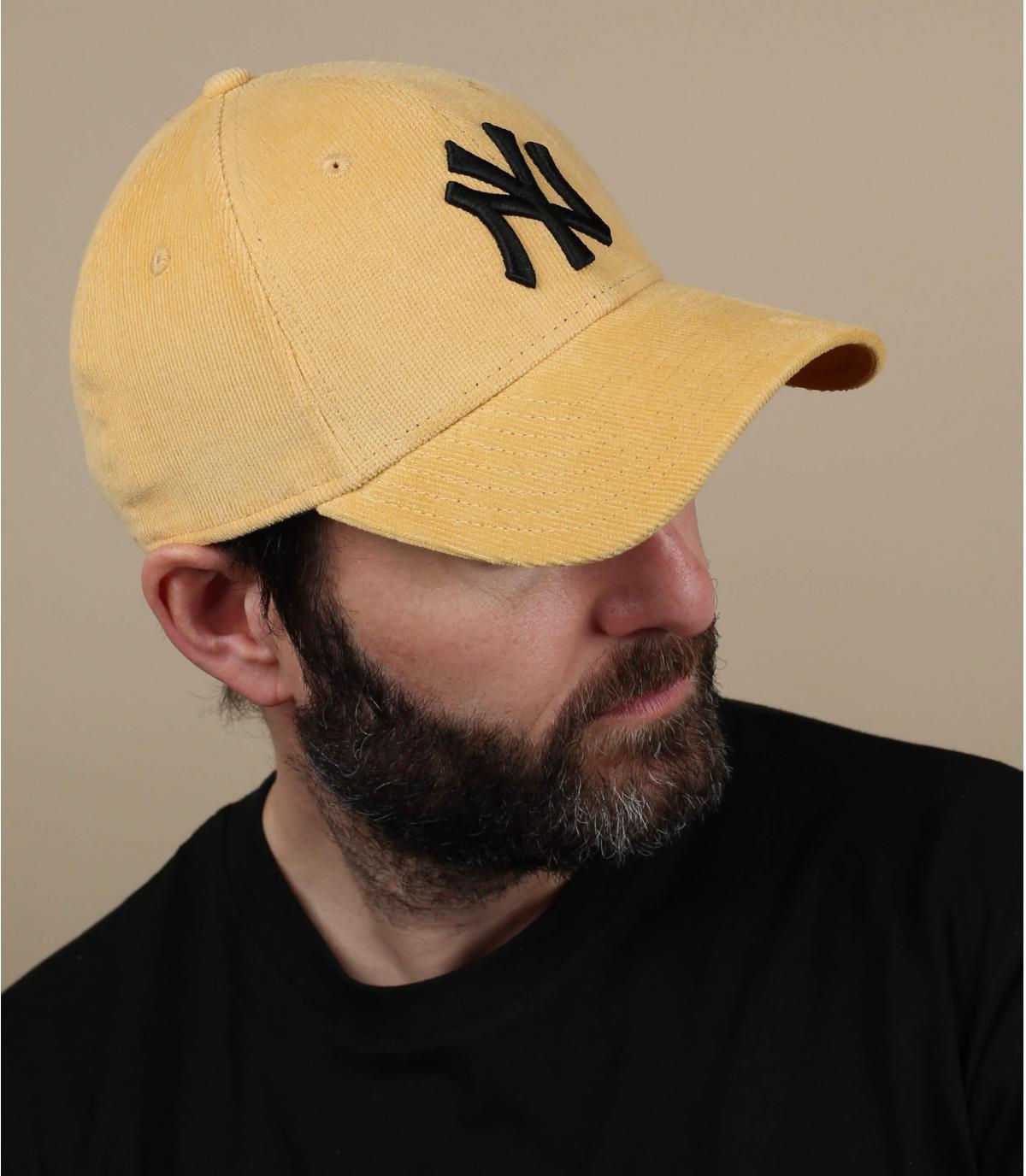 Cappellino NY in velluto giallo