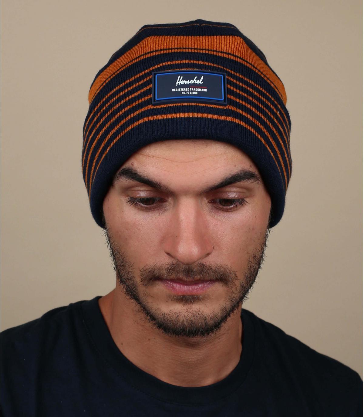 cappello con risvolto a righe blu