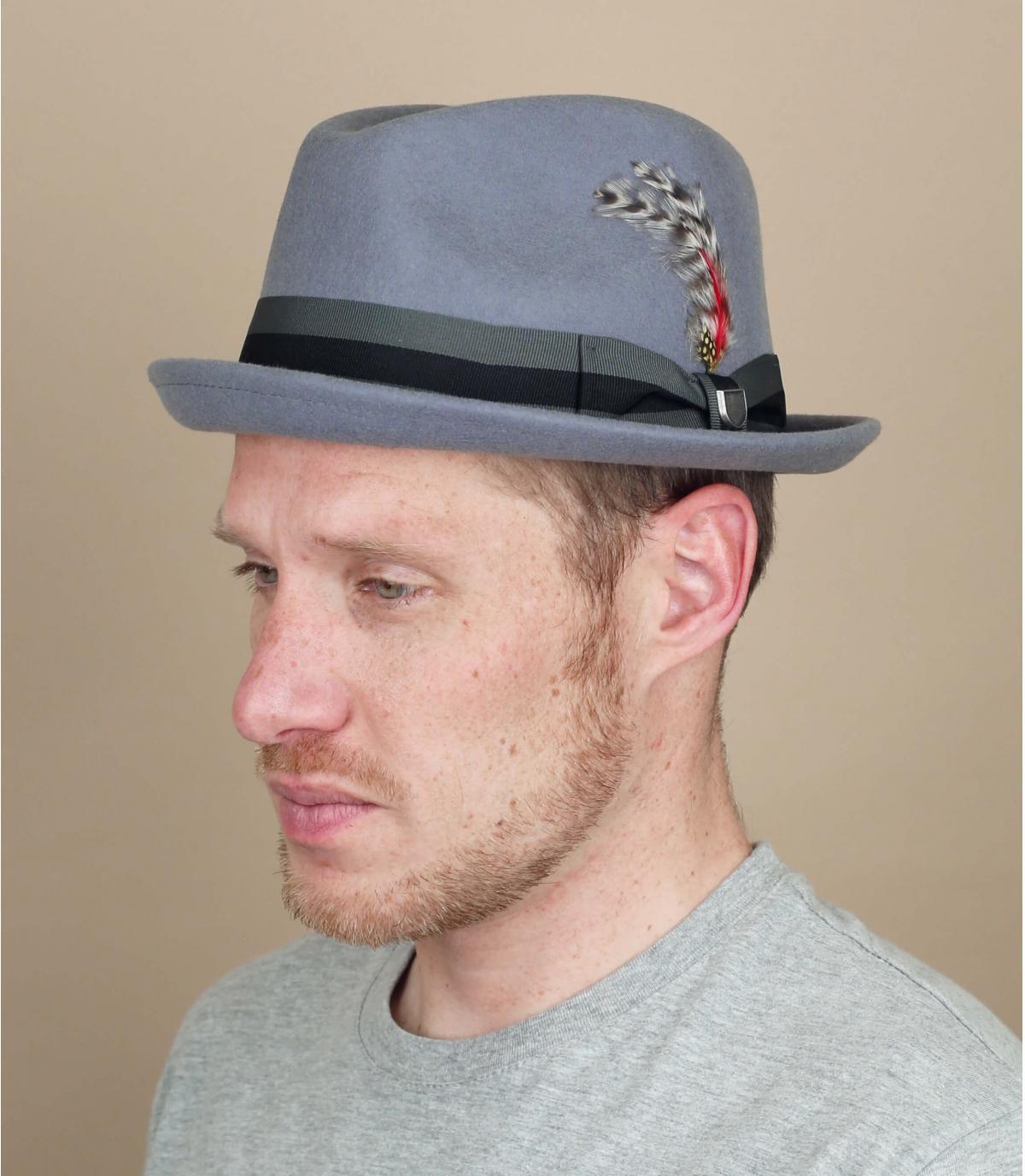 Cappello con fiocco di piume grigio