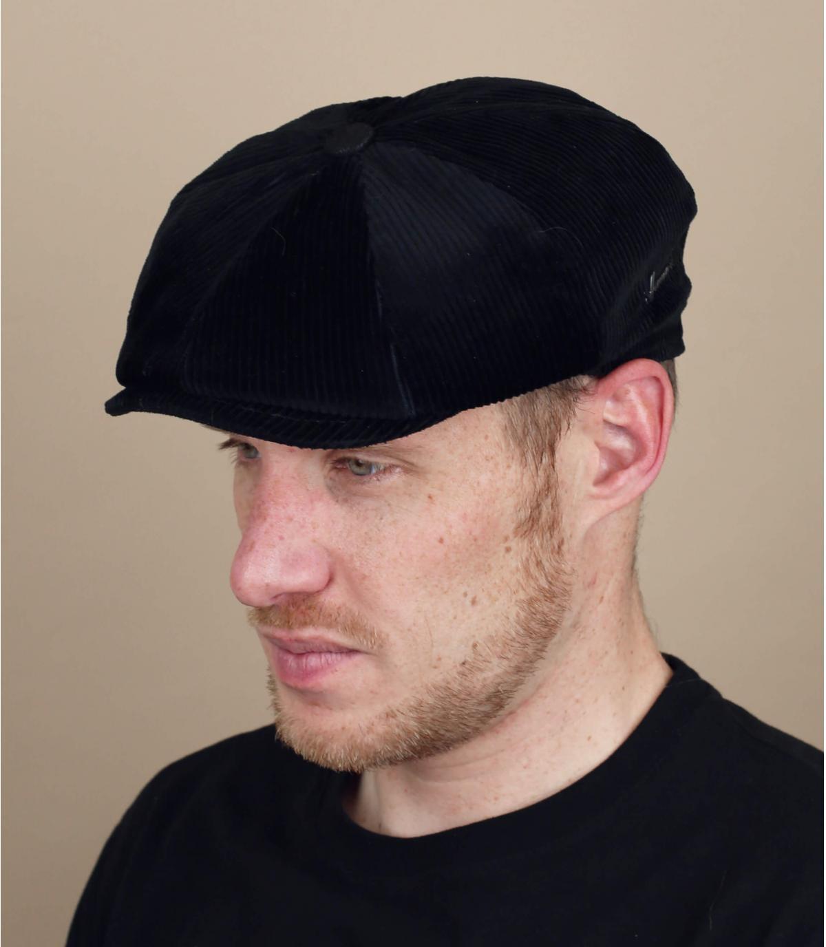 berretto strillone di velluto nero