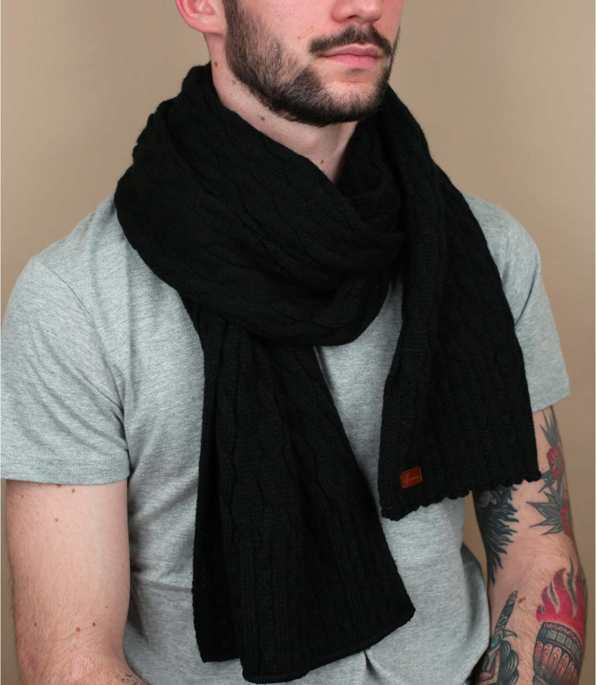 sciarpa nera attorcigliata