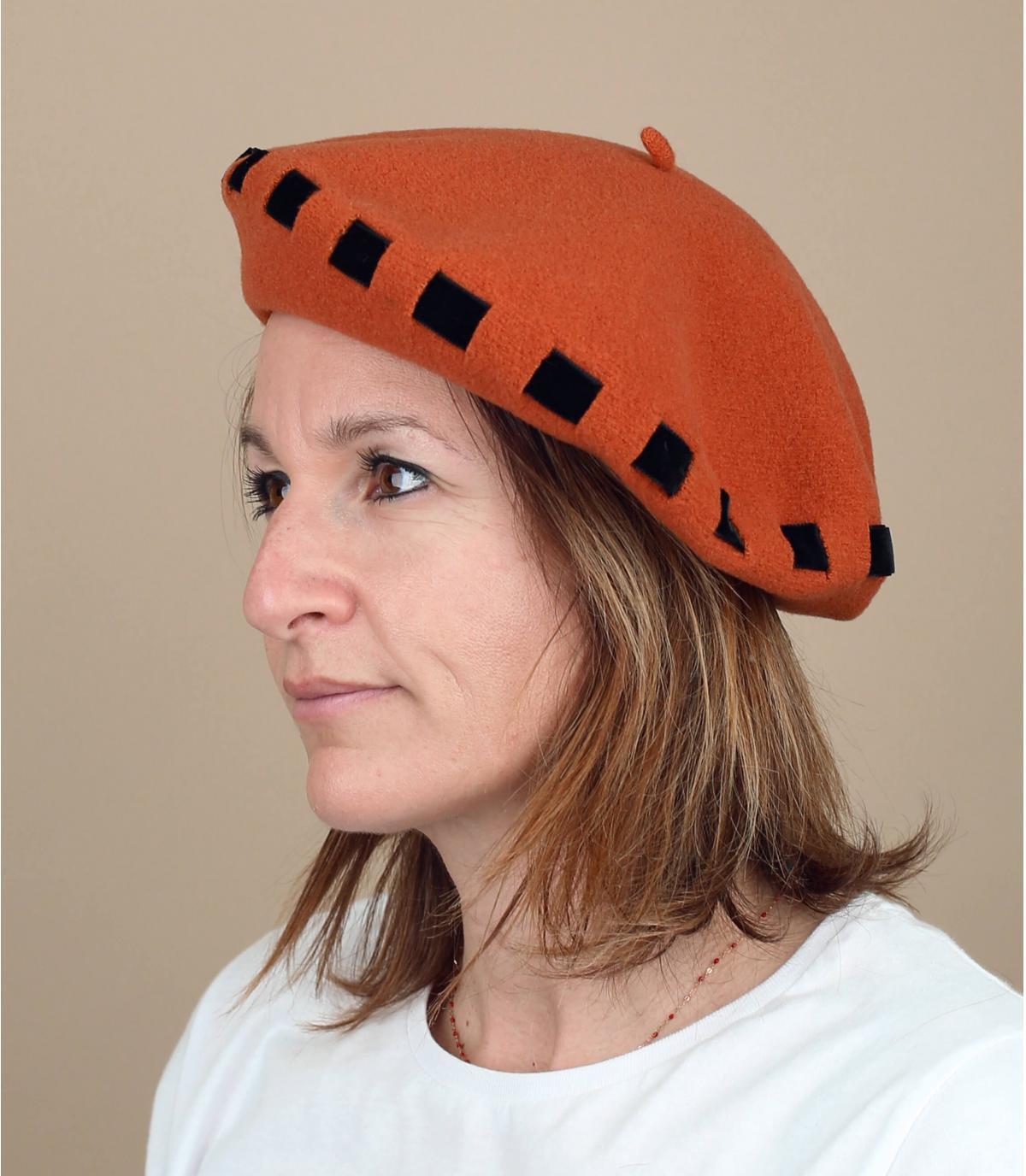 berretto arancione annodato a nastro