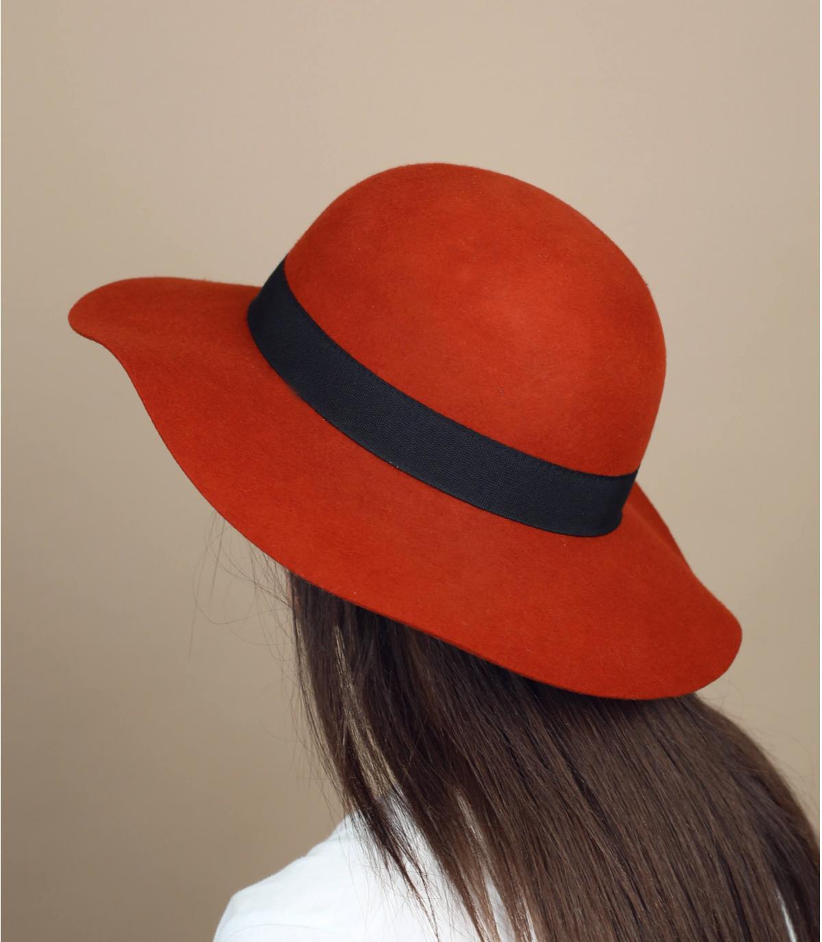 cappello in feltro rosso mattone