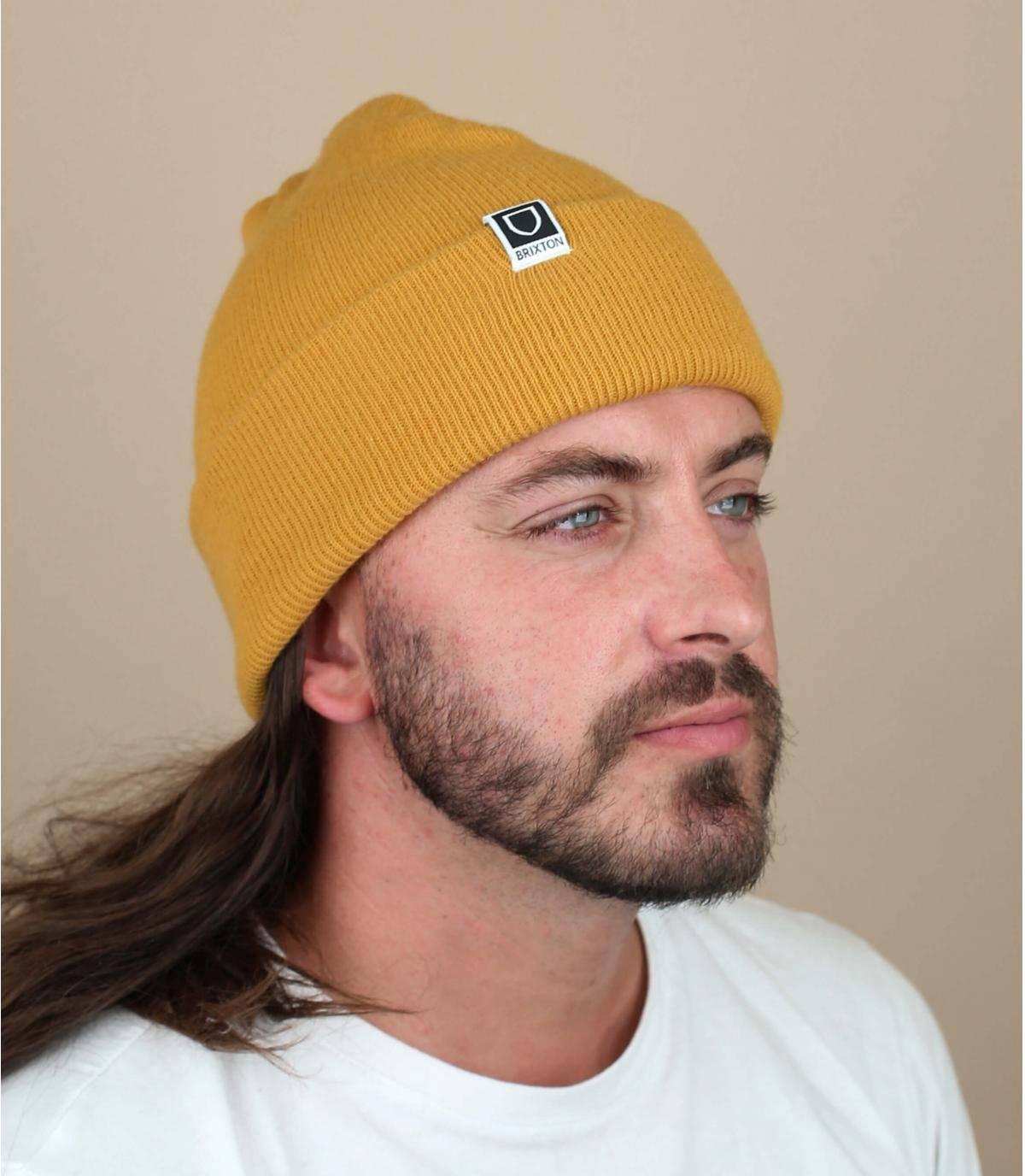 berretto con risvolto giallo