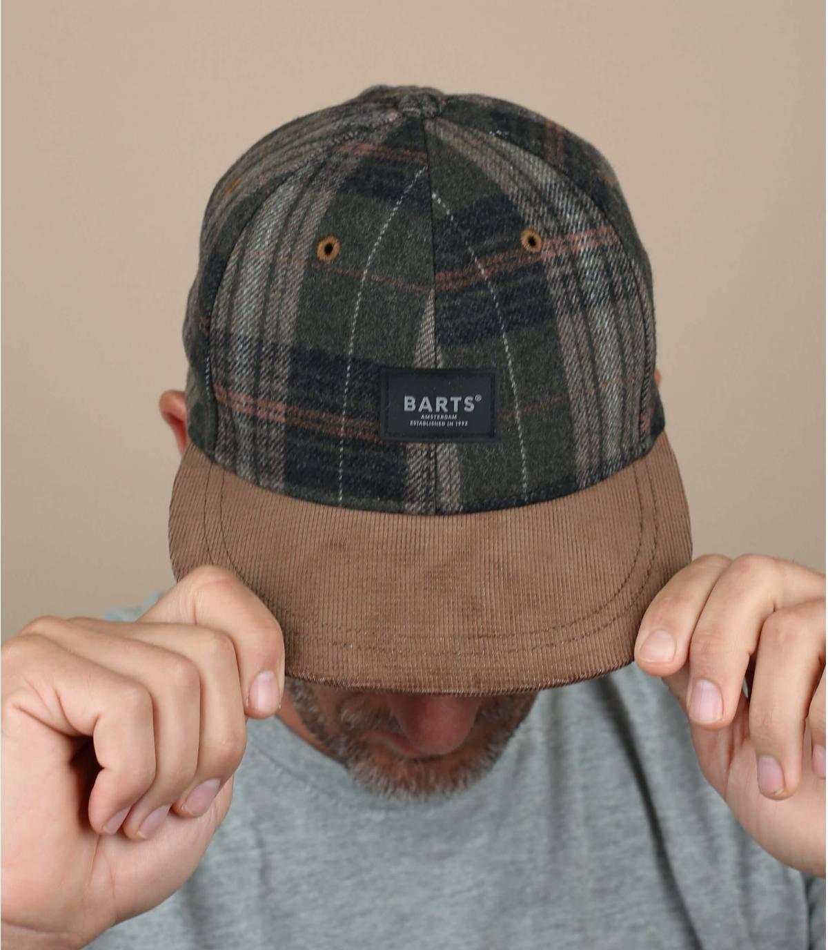 Proteggiti dal freddo con un cappellino dallo stile caldo realizzato in confortevole misto lana, con questo modello a quadri verdi con visiera in camoscio. È regolabile sul retro e foderato.