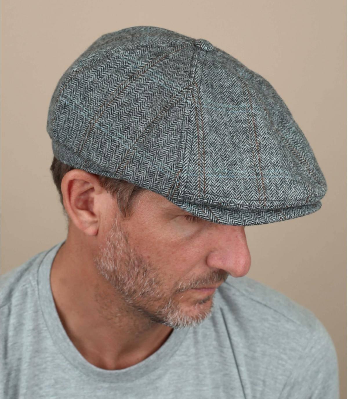 Questo cappello alla gavroche grigio offre il comfort del materiale caldo in misto lana, foderato con tessuto di raso. Il discreto motivo a quadri è facile da indossare e il berretto è anche regolabile.