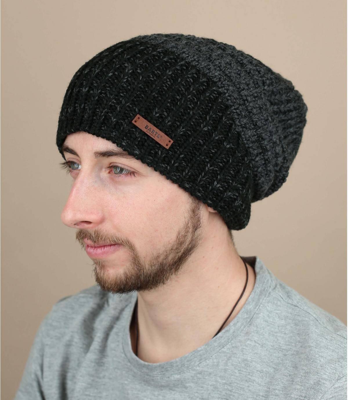 Realizzato in una miscela di fibre molto morbide e parzialmente riciclate, questo bellissimo berretto lungo ha lo stile perfetto per la città, in uno sfumato di nero e grigio. È foderato in caldo pile.