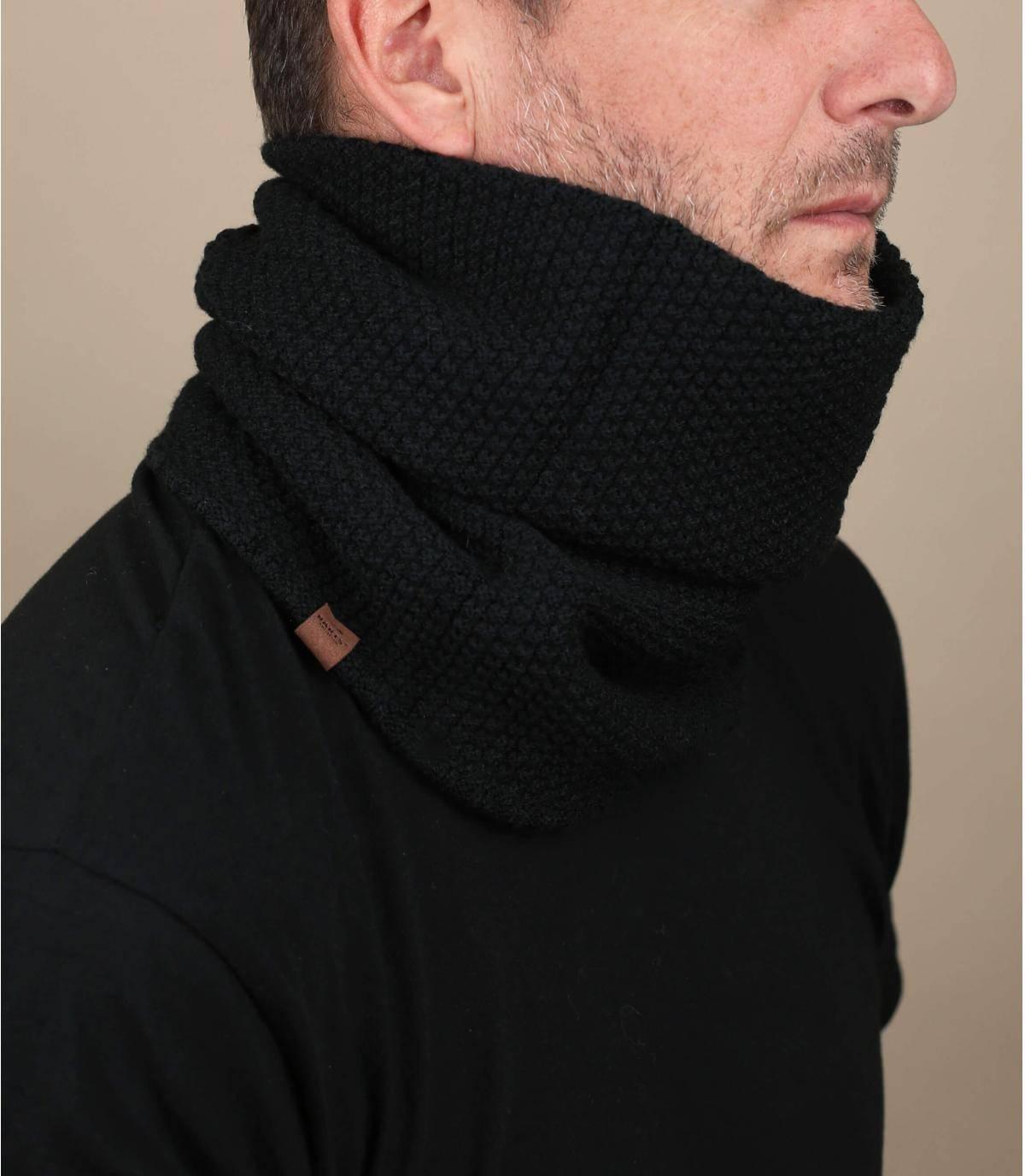 Questo girocollo nero è reversibile per mostrare o meno la lavorazione in maglia a coste. È composto in gran parte da fibre riciclate e il materiale è morbido, caldo e facile da mantenere.