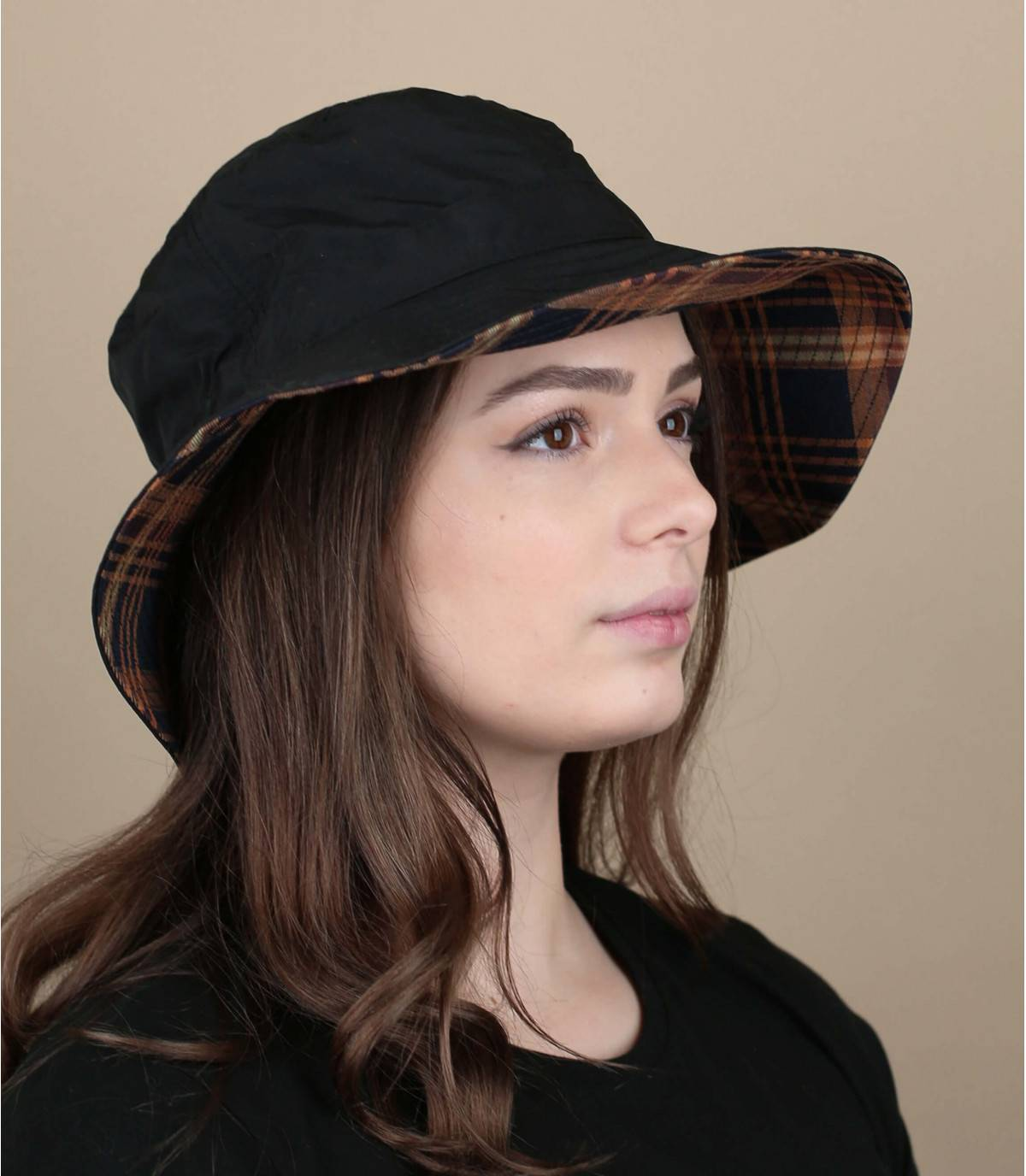Con la sua tesa larga e il materiale idrorepellente, questo cappello da pescatore nero regolabile ti permette di goderti i giorni di pioggia sfoggiando uno stile molto trendy.