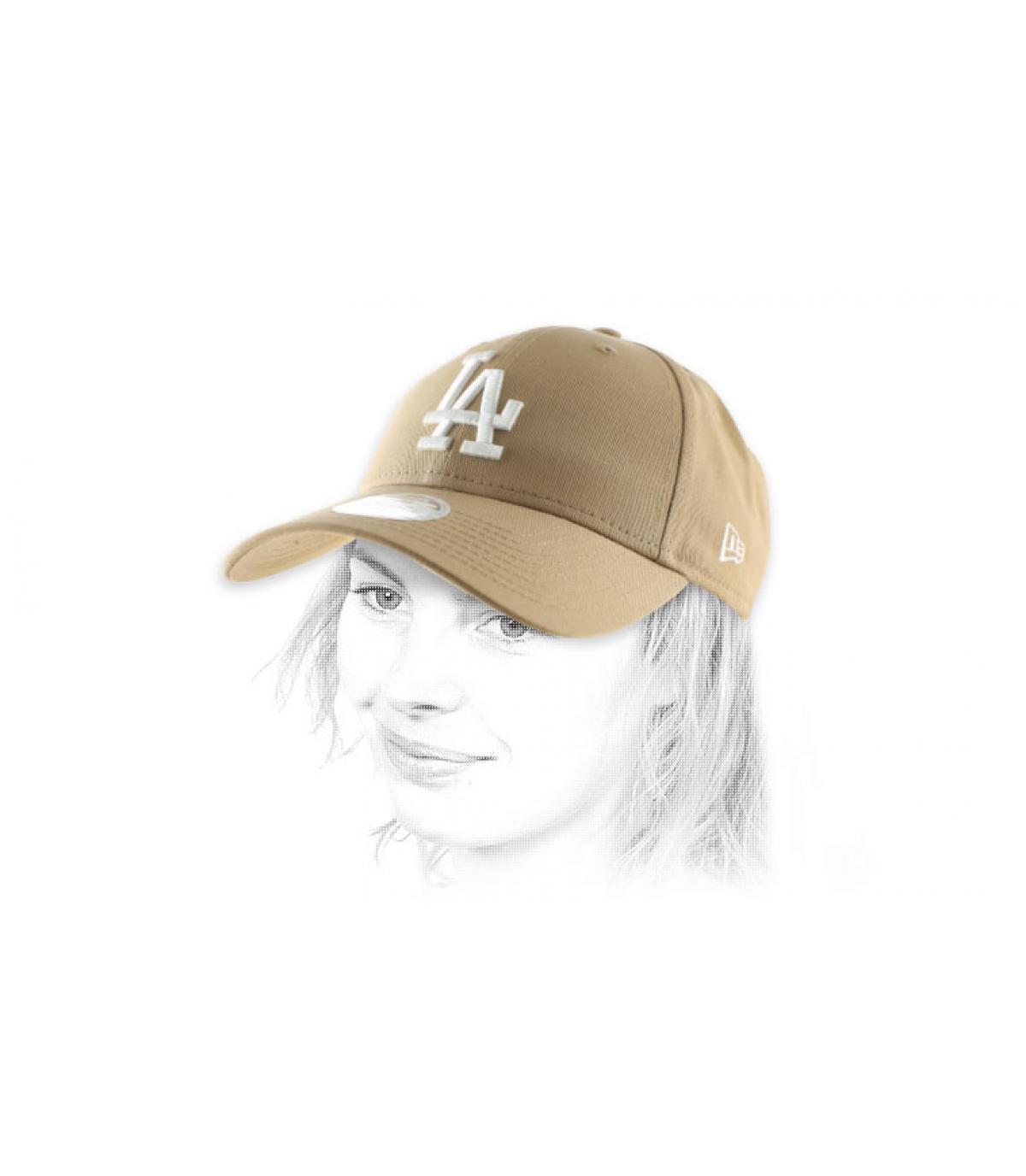 La donna berretto beige