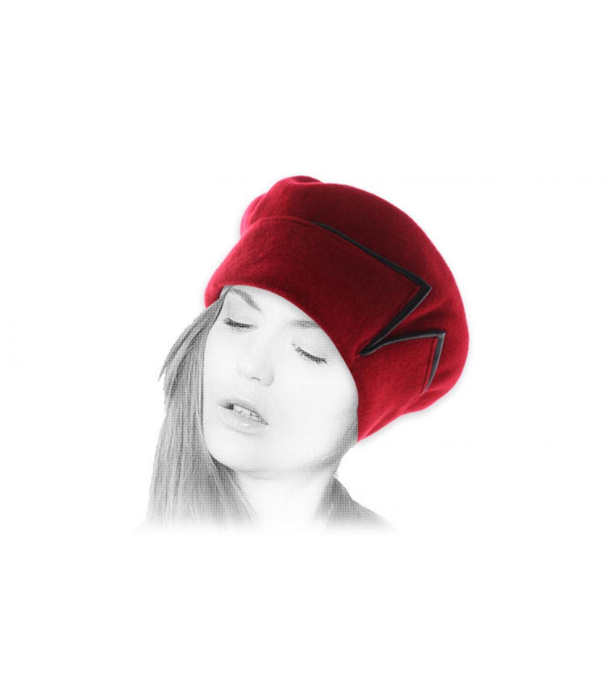 berretto rosso bracciale in pelle nera