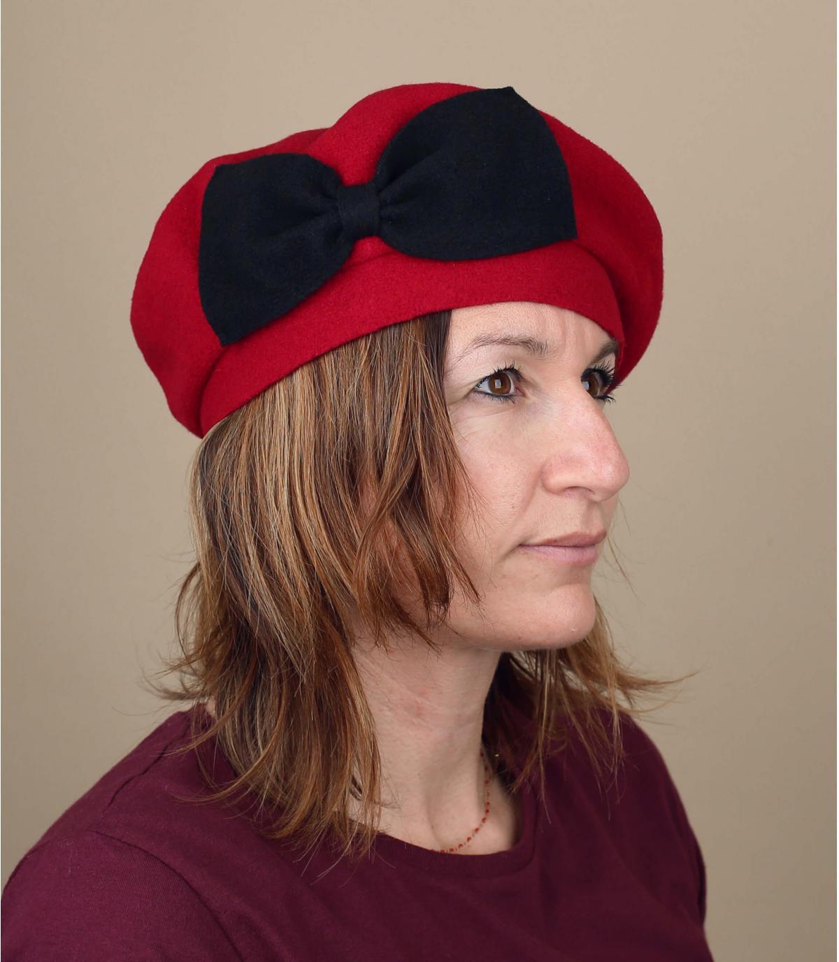 berretto rosso fiocco nero