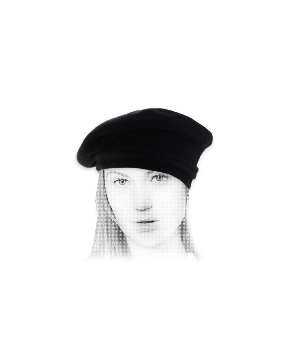 berretto nero di lana inclinato