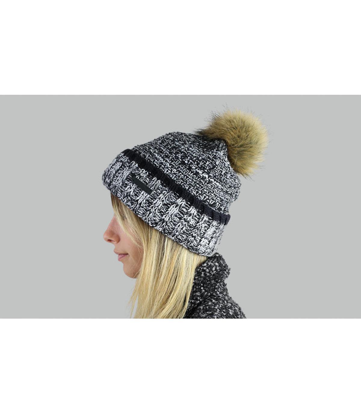 berretto nero pompon di pelliccia bianca