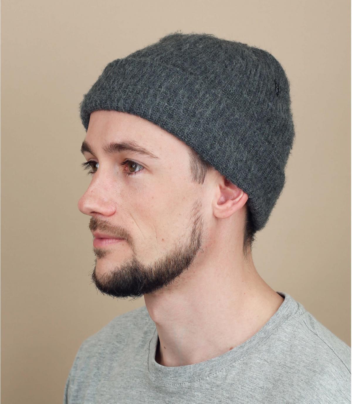 cappello grigio lungo del carbone